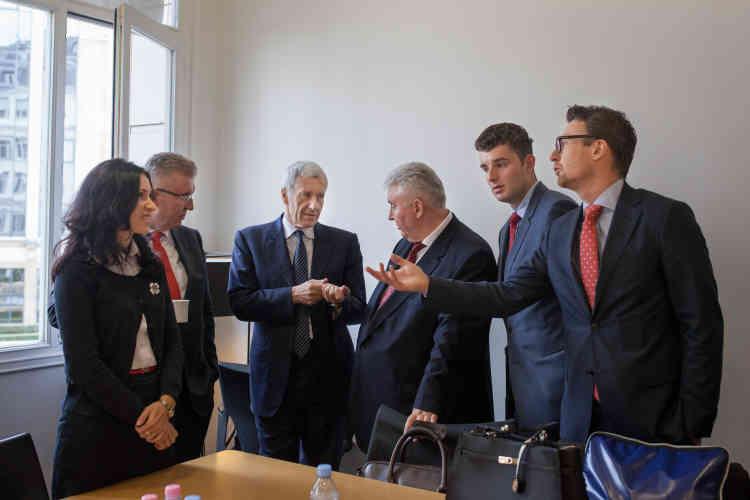 L'avocat de la firme Shearman & Sterling, Emmanuel Gaillard (au centre), discute avec ses clients, les frères Micula, après une audience les opposant à l'Etat roumain.