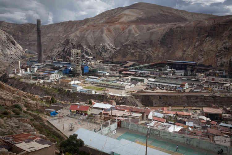 Le groupe américain Renco, connu pour produire les 4 x 4 Hummer, acquiert en 1997 la fonderie péruvienne de La Oroya, perchée à 3 700 mètres d'altitude dans les Andes. Sommé de s'adapter aux nouvelles normes environnementales du pays, Rencoinitie en 2011 un arbitrage devant le CIRDI (Centre de Résolution des différends relatifs aux investissements) et réclame 800 millions de dollars. En 2011, le complexe cesse son activité.