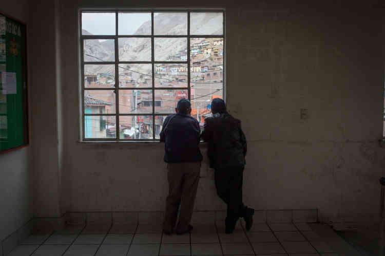Des travailleurs regardent La ville de La Oroya depuis la fenêtre du bâtiment syndical. Depuis la paralysie du complexe en 2009 La Oroya s'est vidée de ses habitants. La délinquance a progressé, les commerces ont fermés.