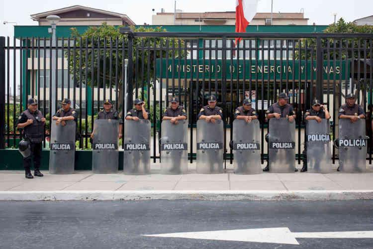Des policiers gardent l'entrée du ministère de l'énergie et des mines pendant que des travailleurs de La Oroya manifestent devant. En sept ans, aucun repreneur ne s'est montré intéressé par l'achat du complexe.