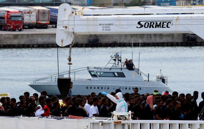 Des migrants à bord du « Diciotti », dans le port de Catane, en Sicile, le 22 août.