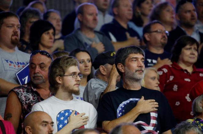 Des partisans de QAnon lors d'un meeting de Donald Trump, à Charleston, en août 2018.