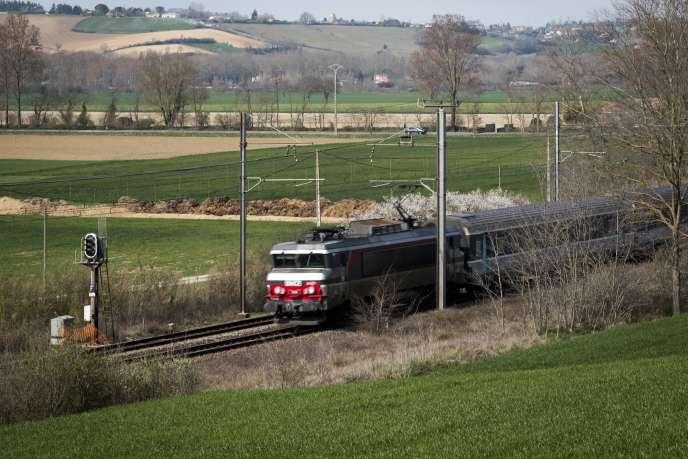 L'Intercités Paris-Toulouse, sept heures de trajet, permet de réviser ses sous-préfectures oubliées.
