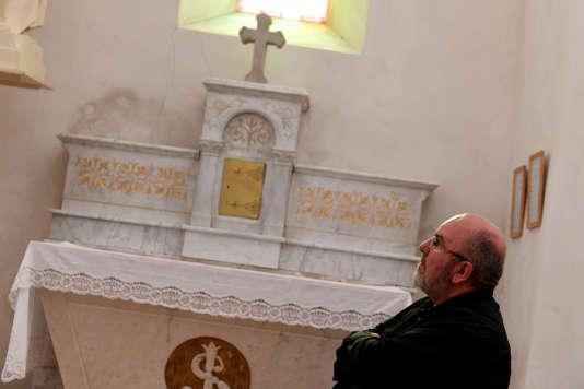 Le prêtre Pierre Vignon dans son église de Saint-Martin-en-Vercors (Drôme), le 22 août 2018.