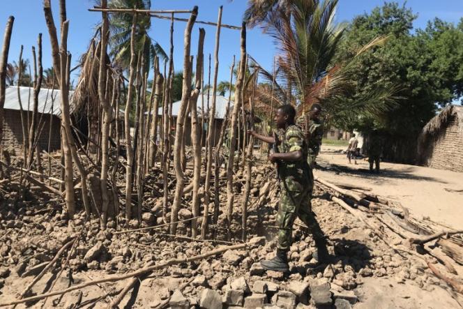 Un soldat mozambicain dans le village de Naunde, attaqué par des insurgés islamistes, dans le nord du Mozambique, le 13juin.