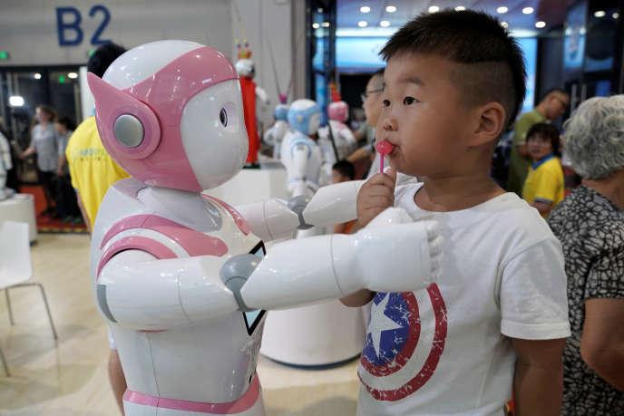 «On sait que les enfants ont tendance à « humaniser » ce qui les entoure, donc pourquoi pas un robot, très « humain » de surcroît» (World Robot Conference, Pékin, le 17 août).