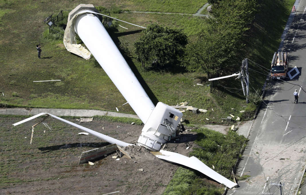 Une éolienne renversée par les vents à Awaji, dans la province de Hyogo, dans l'ouest du Japon, après le passage du typhon Cimaron, le 24août.