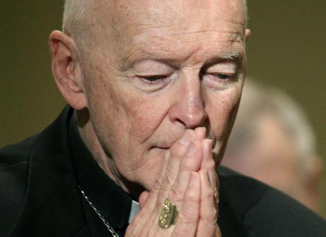 Le cardinal défroqué Theodore McCarrick prie, à Baltimore (Maryland), en novembre 2011.