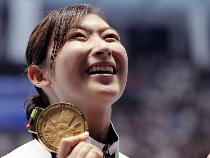 Rikako Ikee après sa médaille d'or en 50 m nage libre.
