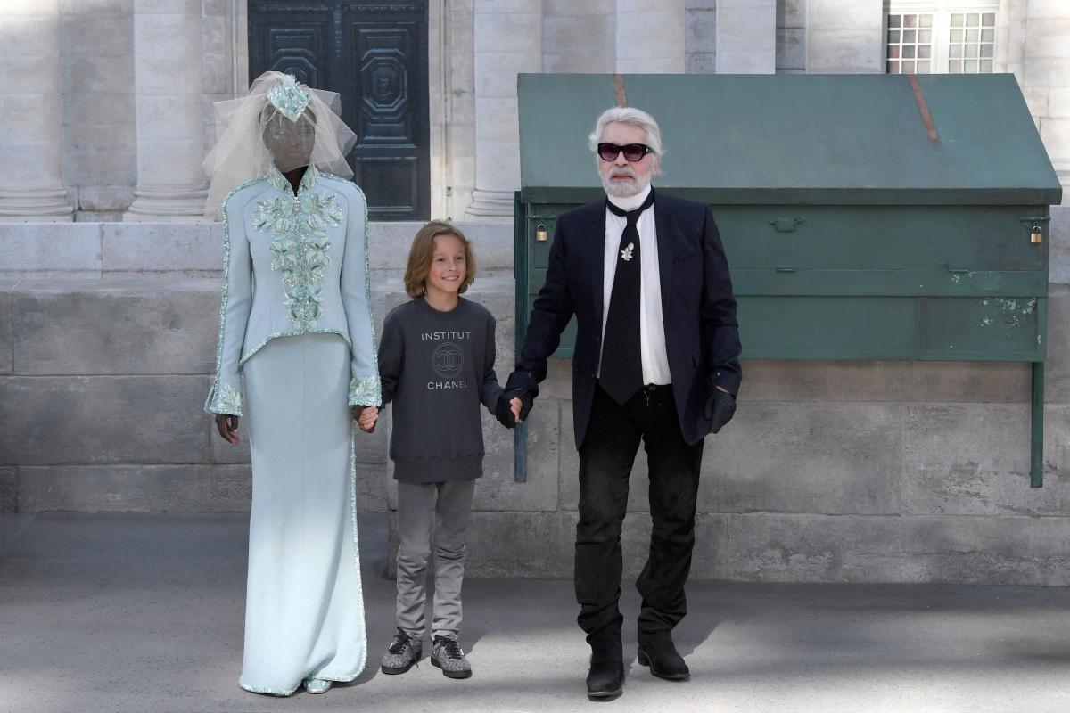 Avec son filleul, Hudson Kroenig, en clôture du défilé automne-hiver de Chanel, à Paris, le 3 juillet 2018.