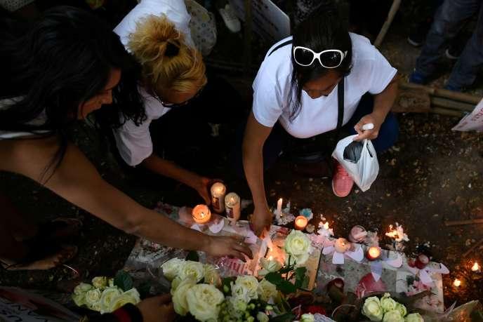 Roses blanches à la main, plusieurs centaines de travailleurs et travailleuses du sexe et de militants et militantes LGBT ont défilé à Paris en hommage à Vanesa Campos, vendredi 24 août.