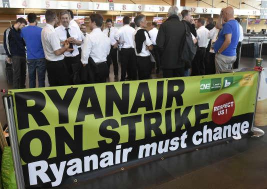 Des pilotes Ryanair en grève à l'aéroport de Charleroi, à Gosselies (Belgique), le 10 août.