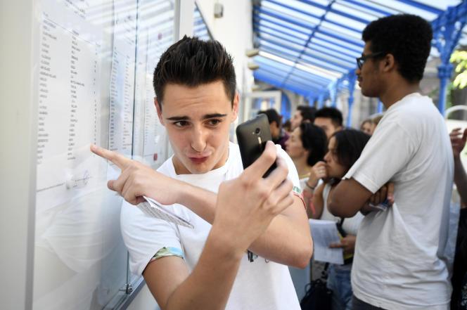Un lycéen devant les résultats du bac, le 6 juillet.