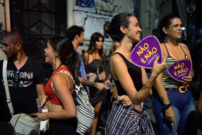 Des groupes de femmes arborent le slogan « Non, c'est non», lors du carnaval de Rio, le 7 février.