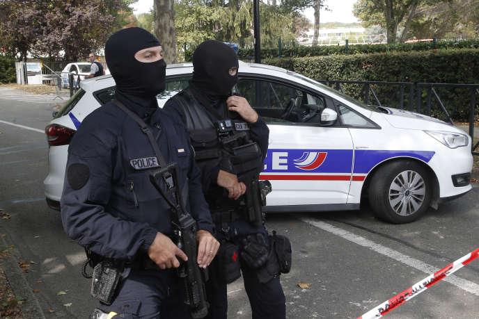 Les forces de police après l'attaque au couteau qui a fait 2 morts et un blessé, rue Camille Claudel à Trappes (Yvelines), le 23 août.