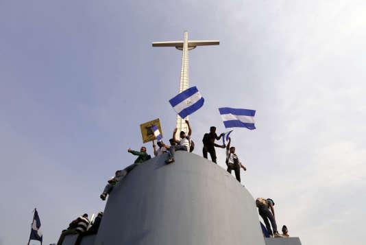 Des catholiques demandent la fin de la violence depuis le toit de la cathédrale métropolitaine, à Managua, le 28 avril.