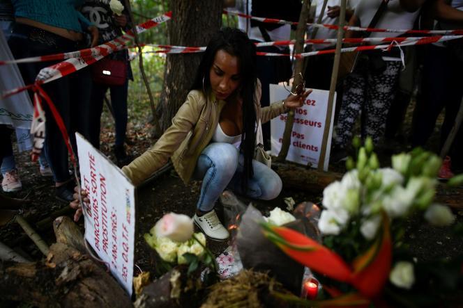 Roses blanches à la main, plusieurs centaines de travailleurs et travailleuses du sexe et de militants et militantes LGBT ont défilé à Parisen hommage à Vanesa Campos, vendredi 24 août.