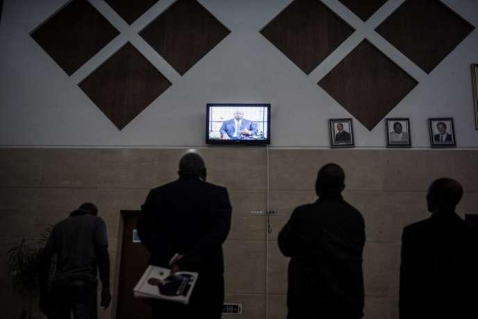 Diffusion d'un débat électoral sur la télévision gabonaise, à Libreville, en août 2016.