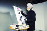 Karl Lagerfeld réalisant son autoportrait dans son studio, en septembre 2014.