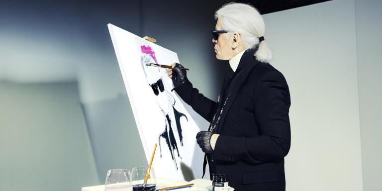 Karl Lagerfeld, realisant son autoportrait. Photographie dans son studio en septembre 2014.