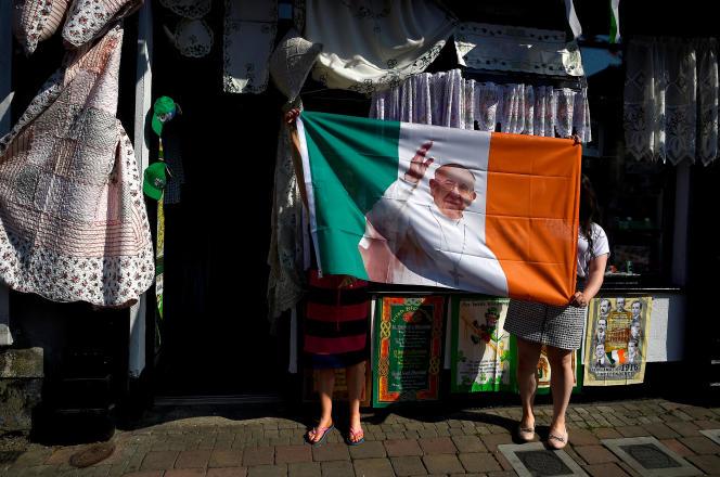 Un drapeau à l'effigie du pape François, devant une mercerie, à Louth, au nord de Dublin, le 28 juin.