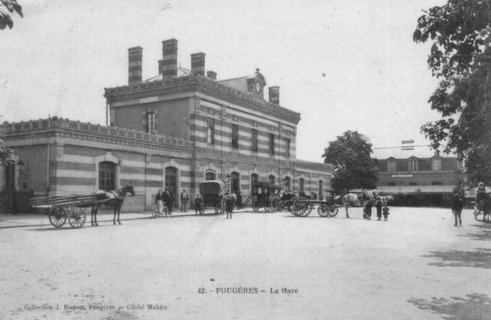 «Longtemps résignée, une partie de la population se remet aujourd'hui à y croire» (Gare de Fougères, carte postale ancienne).
