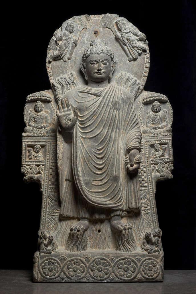 Stèle de schiste représentant le «Bouddha au grand miracle», l'eau sortant de ses pieds, le feu de ses épaules, provenant du monastère de Païtava à Kapisa, Afghanistan.