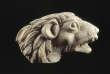 Tête de lion ciselée dans l'ivoire provenant du placage d'un élément de mobilier, Ier siècle, provenant d'Inde, trouvé à Begram, avec des milliers de pièces de ce type.