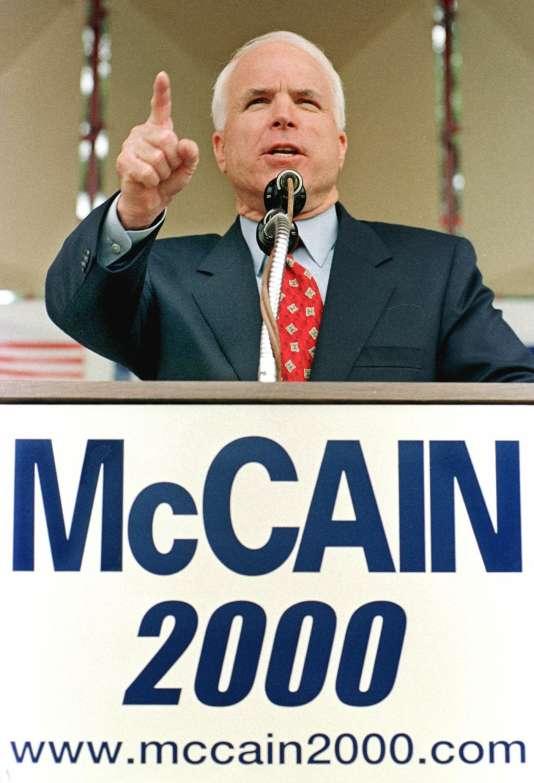Le sénateur John McCain annonce sa candidature à la primaire républicaine, à Nashua, dans le New Hampshire, le 26 septembre 1999.
