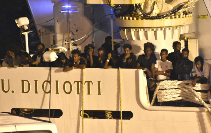 Les migrants du «Diciotti»,navire des gardes-côtes italiens, attendent leur débarquement dans le port de Catane, le 25 août.