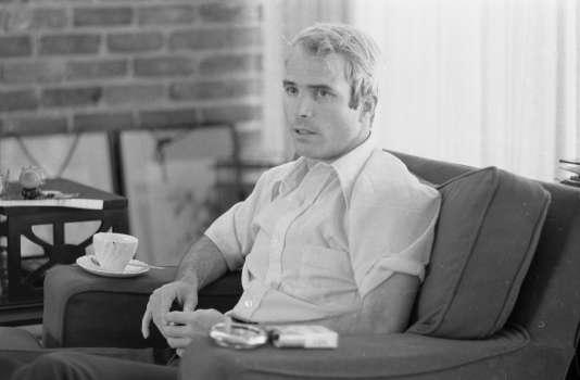 Le lieutenant commander (capitaine de corvette)John S. McCain interviewé sur sa captivité, peu de temps après sa libération, le 24 avril 1973.