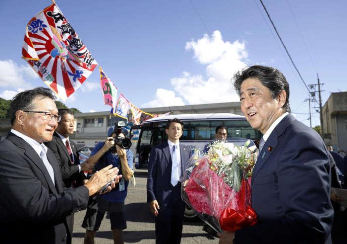 Shinzo Abe peu après l'annonce de sa candidature à la tête du Parti libéral démocrate, à Tarumizu, dans le sud du Japon, le 26 août.