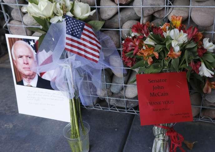 Mémorial improvisé au bureau du sénateur John McCain le 26 août dans l'Arizona.