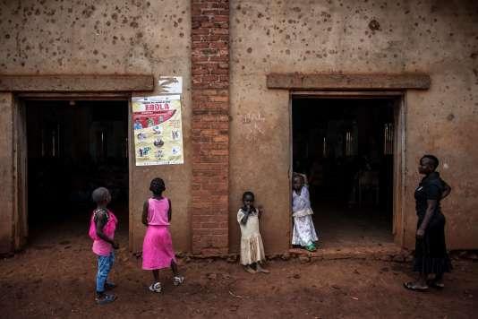 Des fillettes regardent un poster sur la prévention de l'épidémie du virus Ebola, à Mangina, dans le Nord-Kivu, le 19 août.