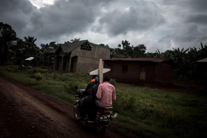 Sur la route reliant Mangina à Béni, en Ituri, le 23août2018, pendant une épidémie d'Ebola.
