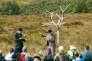 La pièce « Walking for Waiting for Godot » est jouée dans le cadre du Beckett Festival (icile 18 août), non loin d'Enniskillen, dans un site à cheval sur l'Irlande du Nord et sur la République d'Irlande.L'arbre métallique est uneœuvre du sculpteur britannique Antony Gormley.