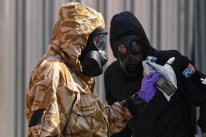 Des enquêteurs munis d'équipements de protection, à Amesburt, en juillet 2018, après la mort d'une femme contaminée par du Novitchok présent dans une fiole trouvée sur place.
