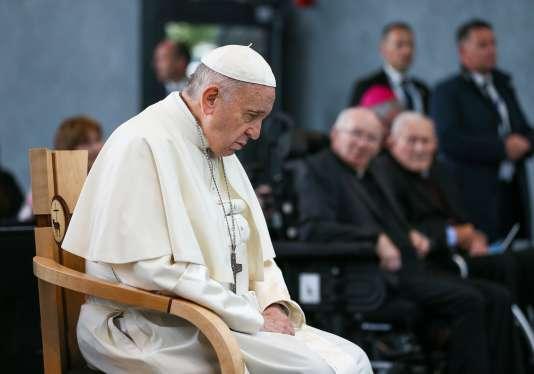 Le pape François en train de prier, à Knock Shrine, en Irlande, le 26 août.
