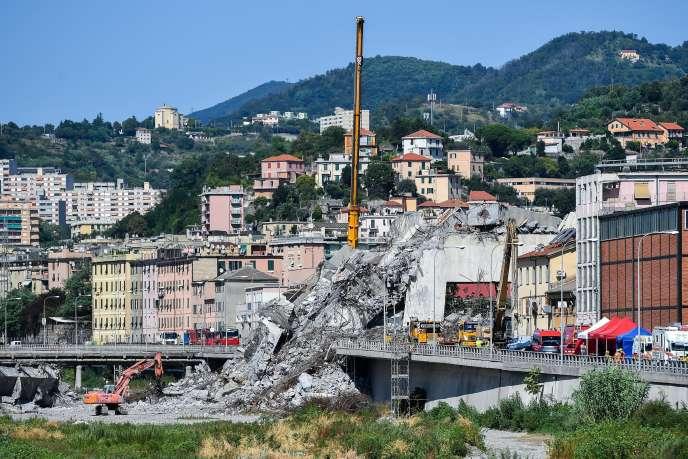 «La durée de vie d'une infrastructure en béton varie suivant la qualité de l'ouvrage, mais tourne, selon les experts, autour de soixante ans» (Photo: pont Morandi, à Gênes, deux semaines après la catastrophe du 14 août).