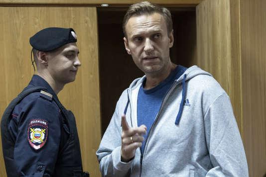 Le principal opposant au Kremlin Alexeï Navalny, lundi 27 août, au tribunal de Moscou, en Russie.