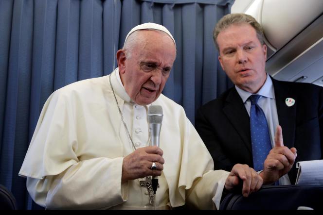 Le pape François répondant aux journalistes, lors de son vol de retour depuis l'Irlande, le 26 août.