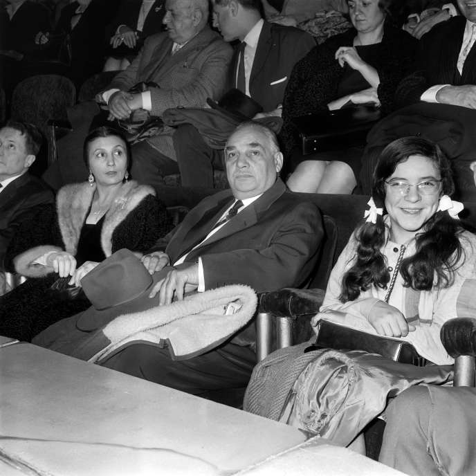 Le 8 janvier 1963, Rosa (gauche) et Joseph (centre) Bouglione assistent au dernier spectacle du cirqueMedrano à Paris.