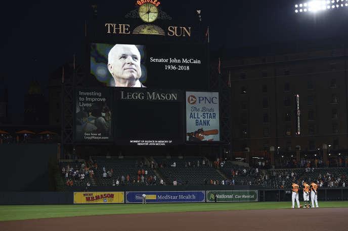 Minute de silence à la mémoire de John McCain, dans le stade de Baltimore, le 26 août.