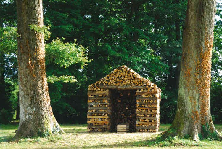 Les architectes allemands Brückner & Brückner ont fait la preuve, en 2006, que l'on peut construire une cabane uniquement avec des bûches savamment empilées.