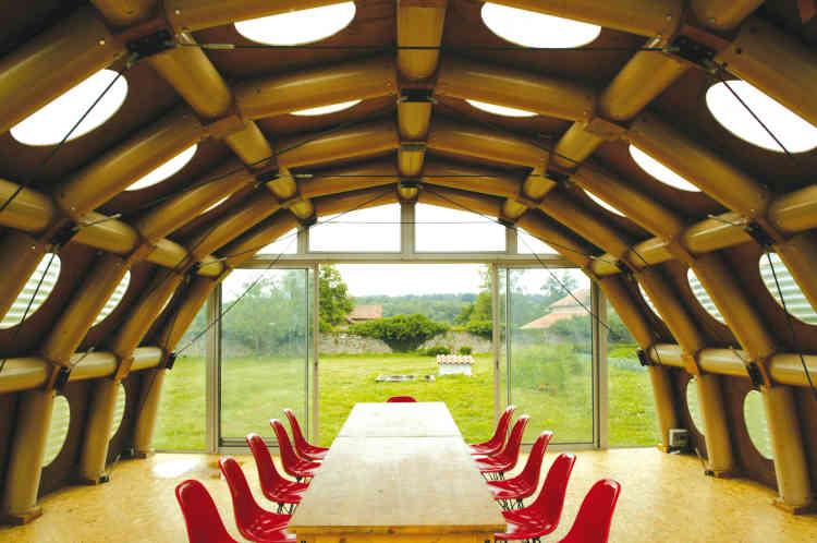 Le pavillon de papier par l'architecte japonais Shigeru Ban, lauréat du prix Pritzker 2014, est son premier édifice permanent en Europe, créé en 2001 à base de bois et de tubes de papier recyclés.