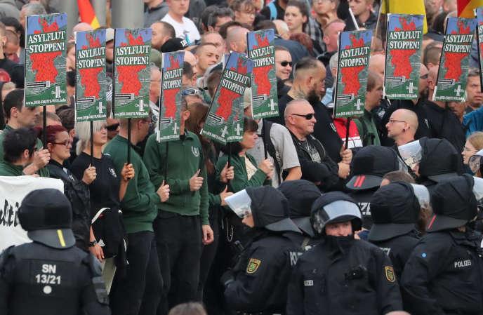 Des pancartes « Stop à la marée des demandeurs d'asile», lors de la manifestation d'extrême droite, à Chemnitz (Allemagne), le 27 août.