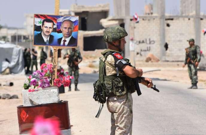 Soldats russes et syriens à Abou Al-Douhour, à la limite orientale des territoires tenus par les rebelles syriens dans la région d'Idlib, le 20 août.