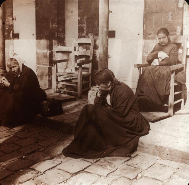 Le quartier des folles à La Salpêtrière, à Paris, vers 1900. Photographie de Robert Demachy.