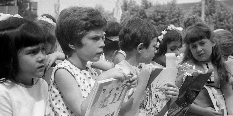 Distribution des prix de fin d'annee scolaire aux ecoliers d'Arcueil,  juin 1967 : ici des ecolieres avec des livres ---  Giving of prized at end of school year in Arcueil, France, june 1967