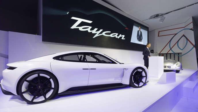 Oliver Blume, patron de Porsche, présentant la dernière Taycan lors de la cérémonie des 70 ans de la marque de luxe, le 6août2018.